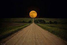 la luna e la strada che porta nel nulla