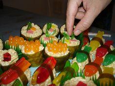 Podemos hacer sushi con granola y golosinas.