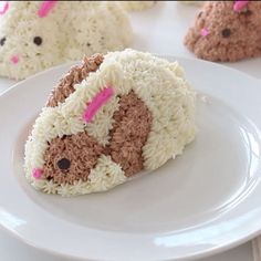 These cakes look like baby bunnies and taste like fresh strawberries – perfect for spring!