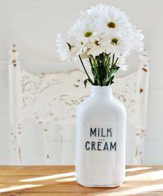 Um dos objetos mais reciclados e reaproveitados para a decoração da casa são as garrafas, alguma são lindas e não temos coragem de nos d...