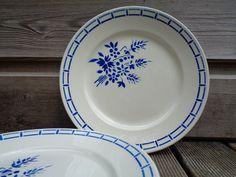 set de 4 assiettes plates Badonviller, demi-porcelaine blanche crème avec fleurs bleues - vaisselle française rétro des années 1940 1940 Blue Home Decor, Decorative Plates, Tableware, Butter Knife, Chandelier Lamp Shades, White Porcelain, Blue Flowers, Art Deco Style, Dinnerware