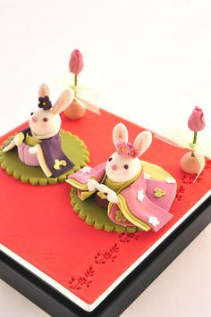 "tanuki-kimono: "" tanuki-kimono: ""Rabbit-shaped wagashi made for Hinamatsuri (girl's festival) "" Those little usagi-hina doll shaped cakes are so cute (I could never eat such a cute thing! Japanese Food Art, Japanese Candy, Japanese Sweets, Desserts Japonais, Cute Food, Yummy Food, Cake Pops, Japanese Wagashi, Fondant Figures"
