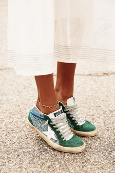 Robe blanche romantique + baskets glitter = le bon mix (photo Sincerely Jules), I love these Golden Goose green suede sneakers, sneakers lover, love wearing sneakers, green suede and silver glitter sneakers Sneaker Outfits, Sneakers Outfit Summer, Green Sneakers, Dress With Sneakers, Summer Shoes, Sneakers Mode, Girls Sneakers, Sneakers Fashion, Converse Sneakers