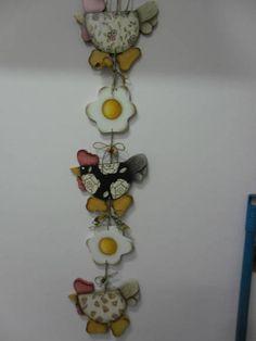Móbile de galinhas com ovos pintados em pintura country! Com cordão de rami, retalhos de tecido e mini carretel para incrementar a decoração. Uma graça...você vai adorar! R$ 45,00