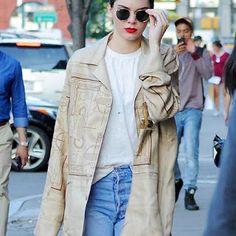 海外セレブニュース&ファッションスナップ: 【ケンダル・ジェンナー】赤リップと背中のコブラがクール!ニューヨークをお散歩中のケンダルをキャッチ!...