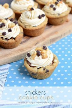 Easy Snickers Cookie Cups made with refrigerated cookie dough and snickers candy bars. Topped with caramel frosting, these cookie cups are sure to be a hit! Bite Size Desserts, Mini Desserts, Cookie Desserts, Just Desserts, Cookie Recipes, Delicious Desserts, Plated Desserts, Little Debbie Oatmeal Cream Pie Recipe, Oatmeal Cream Pies