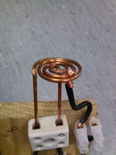 How to make a simple induction heater. This project is really simple, and surprisingly effective at heating metals using high frequency magnetic fields. Electronics Basics, Hobby Electronics, Electronics Projects, Induction Forge, Induction Heating, Diy Heater, Power Supply Circuit, Electrical Projects, Easy Diy