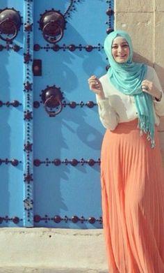 peach pleated maxi skirt hijab look, http://www.justtrendygirls.com/modest-street-hijab-fashion/