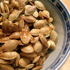 One of my favorite Halloween memories are toasted pumpkin seeds. Learn how to roast pumpkin seeds here to make your own. Healthy Halloween Snacks, Healthy Snacks, Healthy Recipes, Pumpkin Recipes, Fall Recipes, Pumpkin Foods, Quick Recipes, Halloween Saludable, Toasted Pumpkin Seeds