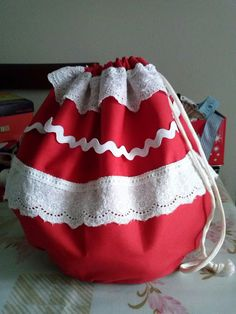 Eva y sus ideas: Bolso Flamenca Handbags, Crochet, Supreme T Shirt, Scrappy Quilts, Shoulder Pads, Bangs, Fabric Purses, Totes, Purse