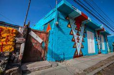 Un an après le « Somos Luz Project » réalisé au Panama, le collectif madrilène Boa Mistura s'est rendu au Mexique, dans la localité de Querétaro, pour reconduire le principe et réhabiliter, cette fois, un quartier entier. La Colonia de las Américas a donc vu ses premiers bâtiments repeints dans des tons vifs et chaleureux par les street artistes espagnols qui, comme à leur habitude, ont impliqué la population locale.