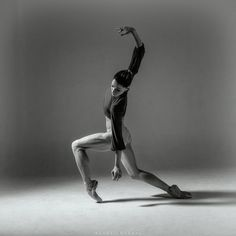 Dancer and photographer in perfect sync. with Tetyana Martyanova dancer with Les Grands Ballets Canadienne de Montréal Ballet Poses, Ballet Art, Ballet Dance, Dance Photos, Dance Pictures, Drawing Poses, Gesture Drawing, Sword Dance, Life Drawing
