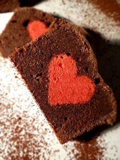 Dziś pierwsza ze słodkich propozycji na Walentynki.  Jeśli nie jesteście kulinarnymi ekspertami i nie macie zbytnio czasu na przygotowywania czasochłonnych ciast, to przychodzę Wam dziś z pomocą.  Podaję wyjątkowo prosty w przygotowaniu przepis na fantastycznie wyglądające ciasto. Jestem pewna, że będzie ono słodką i sympatyczną niespodzianką dla bliskiej naszemu sercu osoby.