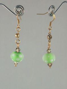 Boucles d'oreilles verre au chalumeau vert pâle à points blancs, tout petit strass sur supports doré or rose