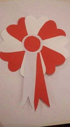 Escarapela fiestas patrias Crafts For Teens, Diy And Crafts, Arts And Crafts, Paper Crafts, Indonesian Decor, Independence Day Decoration, Christmas Advent Wreath, Birthday Badge, Paper Flower Tutorial