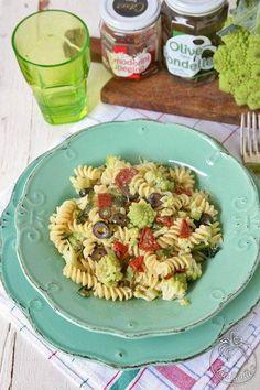Fusilli con broccolo romanesco, pomodori secchi e olive Citres