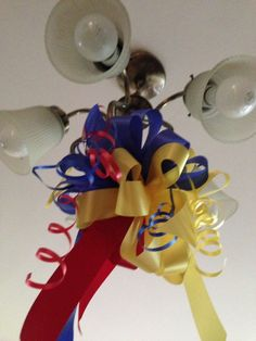 Lazos en lámparas colgantes para fiesta temática colombiana. #DecoracionFiestaColombiana