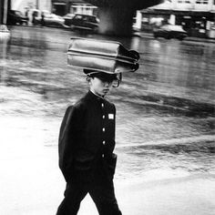 김기찬이 1970년대 찍은 교복 차림 남학생. 책가방을 머리에 올리고 비를 피하는 모습이 이채롭다 Han Youngsoo 한영수 (1933~1999) Korean Photographer