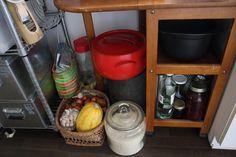 野菜を入れているかごは実家(静岡県)にあったもの。奧のブリキ缶には豆や雑穀を保存