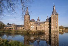 Op nog geen 30 minuten rijden van Dormio Resort Maastricht ligt Heerlen, de 4e stad van Limburg. De stad heeft een mijnverleden, maar behoudens het Mijnmuseum in de stad is daarvan niet veel meer terug te zien. Inmiddels is Heerlen het centrum van de muurschilderingen en andere 'street art'. Maar ook het verleden wordt gekoesterd. Wat dacht u van het tot de verbeelding sprekende kasteel Hoensbroek? 17th Century, Beauty And The Beast, Resorts, Barcelona Cathedral, Countryside, Netherlands, Good Things, Mansions, House Styles