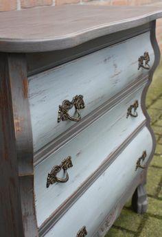 Opgeknapt buikkastje in taupe krijtverf decoratie in huis pinterest master bedroom - Grijze wand taupe ...