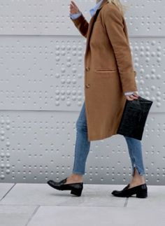 Blue shirt, skinny jeans, black clutch and shoes.