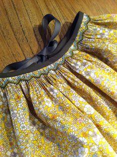 Skt nidos bord tablier à smocks Smocking Tutorial, Smocking Patterns, Punto Smok, Kalamkari Dresses, Sewing Essentials, Kids Graphics, Recycled Dress, Hand Embroidery Dress, Smocks