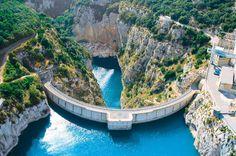 énergie hydraulique fonctionnement |Le lac de Sainte-Croix est une retenue artificielle, mise en eau en 1973, à la suite de la construction du barrage de Sainte-Croix, sur le cours du Verdon. Il est situé entre les départements du Var et des Alpes-de-Haute-Provence, au pied des gorges du Verdon, du Plan de Canjuers et du plateau de Valensole, haut lieu de la culture du lavandin.