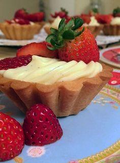 Tortinha de Morando DELI, que fiz com a ajuda da Dani Noce! <3 Candy Recipes, Sweet Recipes, Mini Tart, Work Meals, Fancy Desserts, Sweet Pie, Vegan Foods, Confectionery, Appetizers For Party