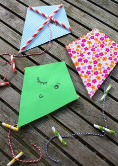 Of het nu een stralende dag is, of een druilerig weekend, deze knutsel is de hele zomer leuk om te maken. De materialen heb je waarschijnlijk al in huis, dus keukentafel leegmaken en knutselen maar!Dit heb je nodig voor 1 vlieger3 plastic of kartonnen rietjes1 stevig vel gekleurd papier (A4)Lijm + knijperKatoendraad (50-60 cm)SchaarPen en lineaalZo maak je de mini-vlieger1. Teken met de pen en lineaal een vliegervorm op het papier en knip de vorm uit. Zorg dat de vorm in de lengte niet…