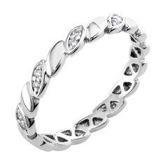 """Upea, vintage-henkinen Djurgården-timanttisormus on hieman perinteistä poikkeava allianssisormus. Kiehtova sormus on valmistettu valkokullasta. Sormusta kiertää koko kehän ympäri kaunis punosmainen kuvio, jonka joka toiseen """"silmuun"""" on istutettu kaksi pientä timanttia. Allianssisormuksessa timanttien määrä riippuu sormuksen koosta. Koossa 17 on yhteensä 18 timanttia. Timanttien yhteispaino 0,11ct, W/SI. Hinta 984 €. Malm, Wedding Rings, Engagement Rings, Spring, Bracelets, Jewelry, Vintage, Enagement Rings, Jewlery"""