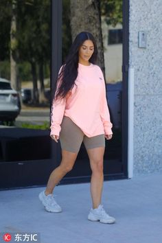 Look at Kendall jenner outfits, Jenners y Celebrities styles. Chill Outfits, Swag Outfits, Short Outfits, Trendy Outfits, Cute Outfits, Fashion Outfits, Bike Fashion, Fashion Shorts, Yeezy Outfit