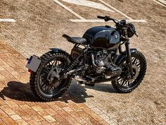 This is a custom motorcycle made by Fran Manen (Lord Drake Kustoms) based on a BMW and in a Cafe Racer and Scrambler style. Retro Motorcycle, Motorcycle Shop, Motorcycle Style, Motorcycle Touring, Motorcycle Quotes, Triumph Motorcycles, Custom Motorcycles, Bmw Cafe Racer, Cafe Racers