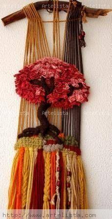 Árbol burdeos                                                                                                                                                      Más Weaving Textiles, Weaving Art, Tapestry Weaving, Loom Weaving, Textile Fiber Art, Weaving Projects, Woven Wall Hanging, Weaving Techniques, Loom Knitting