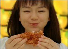美味しそうに「ゆず辛チキン」を食べる多部未華子