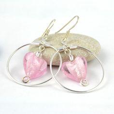Runde creolringer med nydelige rosa muranohjerter. #jewelry
