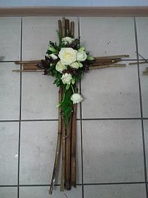 Stylowi.pl - Odkrywaj, kolekcjonuj, kupuj Twig Crafts, Flower Crafts, Church Flowers, Funeral Flowers, Funeral Floral Arrangements, Flower Arrangements, Cemetery Decorations, Cross Wreath, Cemetery Flowers