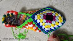 Tutorial de ganchillo para hacer slippers de punto afgano o grany squares (Step by step tutprial to make slippers with granny squares) Knitting Stitches, Knitting Socks, Dyi Crafts, Arts And Crafts, Granny Square Slippers, Knitted Slippers, Crochet Shoes, Crochet Granny, Baby Patterns