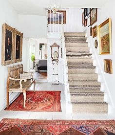the rugs! White Wall Paint, White Walls, Gray Paint, White Stairs, Decoracion Vintage Chic, Haus Am See, Decoration Ikea, Wall Decorations, Decor Scandinavian