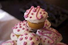 Baby shower cupcakes - LOVE!