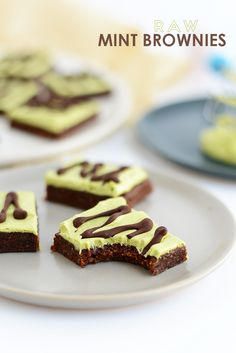 Make these raw mint brownies for a no-bake, paleo and vegan-friendly dessert that only requires a few ingredients! No food coloring required!