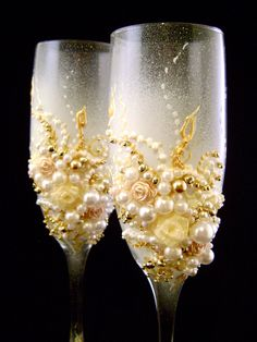Elegant wedding champagne glasses, hand decorated with roses and pearls, in ivory, white and gold. Wedding Champagne Flutes, Wedding Glasses, Champagne Glasses, Champagne Wedding Colors, Champagne Color, Elegant Wedding, Diy Wedding, Wedding Day, Wedding Memorial