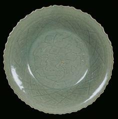 A Longquan Celadon porcelain plate, China, Yuan Dynasty (1279-1368). Photo Cambi Casa dAste                    元代 龍泉青瓷瓷盤 --  龍泉窯大多位於在浙江西南部省溧水縣,是中國歷史上最大的陶瓷中心之一。