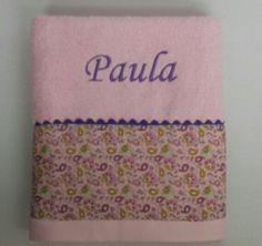 Preciosa la toalla para Paula en rosas y morados#mantabordadabebe #toallasplaya #Regaloscomunion #albornozpersonalizado #canastillasbebe #Bautizos