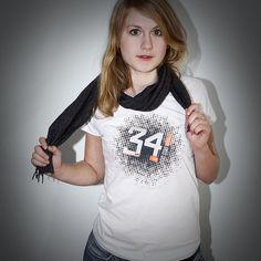 Die Fakten von 34 Mio HIV-infizierten Menschen weltweit hier in grau und neon auf ein weißes Fair Wear Shirt geballert.