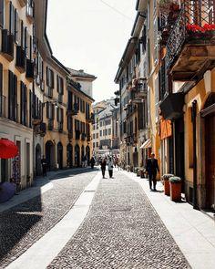 {Brera}  Una delle zone più belle di Milano  // Oggi con @landroveritalia alla scoperta delle tappe di design della città!  Con la nuova Velar  scoprila nel link in bio