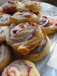 As receitas lá de casa: Folhadinhos com doce de ameixa e amêndoas