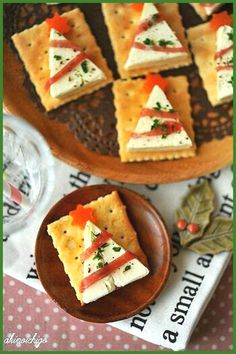 Christmas snacks for a Christmas dinner treat at school; Make easy and quick kids' snacks for Christmas breakfast, high tea or lunch. Christmas Canapes, Christmas Party Food, Xmas Food, Holiday Appetizers, Christmas Cooking, Holiday Treats, Holiday Recipes, Holiday Parties, Party Appetizers