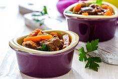 Préparation: 1. Pelez l'oignon et piquez-le avec les clous de girofle. 2. Lavez, épluchez et coupez en gros morceaux les légumes. 3. Dans une cocotte en fonte ou un faitout, faites bouillir 3 litre…