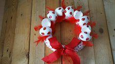 Beruškový velikonoční věnec - Polystyrenový korpus obalíme puntíkatou látkou a ozdobíme věnci. Na závěr přidáme dřevěné berušky. ( DIY, Hobby, Crafts, Homemade, Handmade, Creative, Ideas, Handy hands) Burlap Wreath, Christmas Wreaths, Easter, Holiday Decor, Crafts, Diy, Home Decor, Christmas Swags, Build Your Own